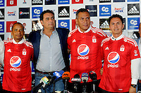 CALI -COLOMBIA-4-MAYO-2016. Presentación del nuevo cuerpo técnico del equipo de fútbol America de Cali :De izquierda a derecha: Carlos Salazar (Asistente técnico) , Oreste Sangiovanni (Presidente del América) , Hernán Torres (Director técnico ) , y Diego Guzmán (Preparador físico) / Presentation of the new coaching soccer team America de Cali: From left to right: Carlos Salazar (Technical Assistant), Oreste Sangiovanni (President of America), Hernan Torres ( Coach), and Diego Guzman (physical trainer). Photo: VizzorImage / Nelson Rios  / Staff