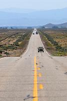4415 / Kult State Route 375: AMERIKA, VEREINIGTE STAATEN VON AMERIKA, NEVADA,  (AMERICA, UNITED STATES OF AMERICA), 25.07.2006: Strassenschild. Die Nevada State Route 375, besser bekannt als Extraterrestrial Highway (seit 1996 offiz. Bezeichnung), Highway 375 oder kurz ET-Highway, ist eine Bundesstrasse in den Counties Lincoln und Nye im Sueden Nevadas im Suedwesten der USA. Sie verlaeuft zwischen Warm Springs, wo sie vom U.S. Highway 6 abbiegt und Crystal Springs, wo sie ueber eine kurzen Abstecher auf die Nevada State Route 318 in den U.S. Highway 93 einbiegt, und ist 158 Kilometer (98,4 Meilen) lang. Einziger und ebenfalls beruehmter Ort entlang der Strasse ist Rachel, wo viele der wenigen Durchreisenden im Little A'Le'Inn, einer mit UFO-Devotionalien dekorierten Bar, einen kurzen Halt einlegen...