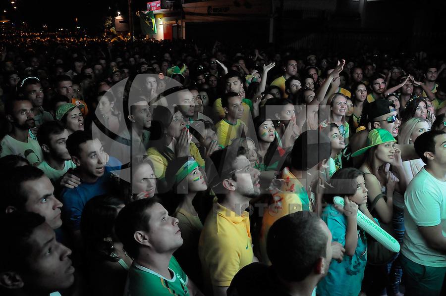 SAO PAULO, SP, 04.07.2014 - COPA 2014 - VILA MADALENA - BRASIL - COLOMBIA - Torcedores acompanham a partida entre Brasil e Colômbia, válida pelas quartas de final da Copa do Mundo, na Rua Aspicuelta, na Vila Madalena, em São Paulo, nesta sexta-feira. (Foto: Kevin David / Brazil Photo Press).