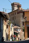Italien, Piemont, Langhe, Barolo: Via Roma, Castello | Italy, Piedmont, Langhe, Barolo: Via Roma, Castello