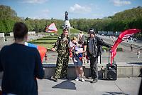 Tausende Menschen gedachten am 9. Mai 2016 in Berlin der Befreiung Deutschland von der Nationalsozialistischen Diktatur. Sie gedachten der gefallenen russichen Soldaten am sowjetischen Ehrenmal in Berlin-Treptow.<br /> Das Gedenken hatte zu Teil Volksfestcharakter mit Mummenschanz. Kinder waren als Sowjetsoldaten verkleidet, Bollerwagen waren mit Stalin-Aufklebern versehen und nationalistische Fahnen geschwenkt.<br /> Im Bld: Alkoholisierte Maenner posieren mit Militaerkleidung und lauter Musikanlage in der Gedenkstaette fuer Besucher des Ehrenmals.<br /> 9.5.2016, Berlin<br /> Copyright: Christian-Ditsch.de<br /> [Inhaltsveraendernde Manipulation des Fotos nur nach ausdruecklicher Genehmigung des Fotografen. Vereinbarungen ueber Abtretung von Persoenlichkeitsrechten/Model Release der abgebildeten Person/Personen liegen nicht vor. NO MODEL RELEASE! Nur fuer Redaktionelle Zwecke. Don't publish without copyright Christian-Ditsch.de, Veroeffentlichung nur mit Fotografennennung, sowie gegen Honorar, MwSt. und Beleg. Konto: I N G - D i B a, IBAN DE58500105175400192269, BIC INGDDEFFXXX, Kontakt: post@christian-ditsch.de<br /> Bei der Bearbeitung der Dateiinformationen darf die Urheberkennzeichnung in den EXIF- und  IPTC-Daten nicht entfernt werden, diese sind in digitalen Medien nach §95c UrhG rechtlich geschuetzt. Der Urhebervermerk wird gemaess §13 UrhG verlangt.]