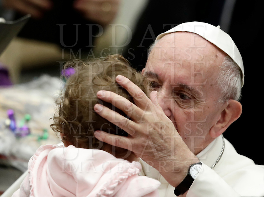 Papa Francesco accarezza una bambina al termine di un'udienza speciale con le vittime del terremoto che ha colpito l'Italia centrale in Aula Paolo VI, Città del Vaticano, 5 gennaio 2017.<br /> Pope Francis caresses a child at the end of a special audience with residents of the areas of central Italy hit by earthquakes in Paul Vi Hall at Vatican, on January 5, 2017.<br /> UPDATE IMAGES PRESS/Isabella Bonotto<br /> <br /> STRICTLY ONLY FOR EDITORIAL USE