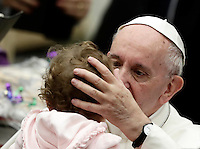 Papa Francesco accarezza una bambina al termine di un'udienza speciale con le vittime del terremoto che ha colpito l'Italia centrale in Aula Paolo VI, Città del Vaticano, 5 gennaio 2017.<br />