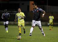 FLORIDABLANCA -COLOMBIA-8-MAYO-2016.Marcos Aguirre (Izq.) del Bucaramanga    disputa el balón con Jefferson Gomez (Der.) del Envigado FC  durante partido por la fecha 17 de Liga Águila I 2016 jugado en el estadio Alvaro Gómez Hurtado./ Marcos Aguirre (L) of Bucaramanga fights for the ball with Jefferson Gomez (R) of  Envigado FC during the match for the date 17 of the Aguila League I 2016 played Alvaro Gomez Hurtado . Photo: VizzorImage / Duncan Bustamante / Contribuidor