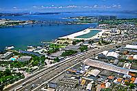 Vista aérea do Piscinão de Ramos e Avenida Brasil. Rio de Janeiro. 2002. Foto de Ricardo Azoury.