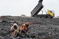 INDIEN Jharia Menschen sammeln Kohle am Rande eines Kohletagebaus zum Verkauf als Koks auf dem Markt | .INDIA Jharkhand Jharia , people collect coal from coalfield to sell as coke on the market for the livelihood of her family