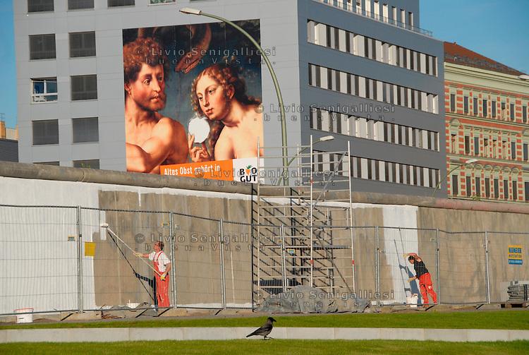BERLINO / GERMANIA - 2009.Restauro di un tratto di Muro dell'East Side Gallery..FOTO LIVIO SENIGALLIESI..BERLIN / GERMANY - 2009.Restoration of the Wall in the area of the East Side Gallery..PHOTO BY LIVIO SENIGALLIESI