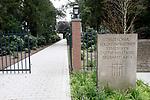 Foto: VidiPhoto<br /> <br /> YSSELSTEYN – De Duitse militaire begraafplaats in Ysselsteyn mag zich verheugen in toenemende belangstelling van vooral Nederlandse bezoekers. Volgens de beheerders lijken de oude tegenstelling tussen Nederland en Duitsland te verdwijnen. Nog steeds worden er vermiste Duitse oorlogsslachtoffers gevonden, geïdentificeerd en bijgezet. Alle militairen krijgen een eigen graf, voorzien van een kruis. En dat is uniek, want vrijwel overal ter wereld liggen Duitse soldaten begraven in een verzamelgraf van meerdere personen met daarop een betontegel voorzien van de namen. Inmiddels telt Ysselsteyn bijna 32.000 graven en is het daarmee de grootste militaire begraafplaats van Nederland en qua oppervlakte de grootste ter wereld.