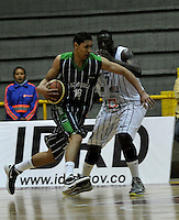 BOGOTA - COLOMBIA - 26-04-2013: Fahnbulleh (Der.) de Piratas de Bogotá, disputa el balón con Castaño (Izq.) de Academia de la Montaña de Medellin, abril 26 de 2013. Piratas y Academia de la Montaña en partido de la quinta fecha de la fase II de la Liga Directv Profesional de baloncesto en partido jugado en el Coliseo El Salitre. (Foto: VizzorImage / Luis Ramírez / Staff). Fahnbulleh (R) of Piratas from Bogota, fights for the ball with Castaño (L) of Academia de la Montaña from Medellin, April 26, 2013. Piratas and Academia de la Montaña in the fifth match of the phase II of the Directv Professional League basketball, game at the Coliseum El Salitre. (Photo: VizzorImage / Luis Ramirez / Staff).