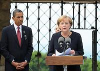 Besuch des Präsidenten der vereinigten Staaten von Amerika (USA) Barack Obama vom 4. bis 5. Juni 2009 in der Bundesrepublik Deutschland - Visite in der Mahn- und Gedenkstätte Buchenwald auf dem Ettersberg bei Weimar (Freitag der 5.6.2009) - im Bild:  Kanzlerin Angela Merkel richtet ihre Worte nach dem Rundgang an die Presse - neben ihr US-Präsident Barack Obama. Porträt Foto: Norman Rembarz..