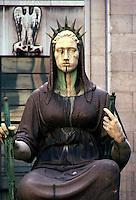 Milano, Palazzo di giustizia, 1992.La statua della Giustizia nel cortile interno del Palazzo di giustizia di Milano..Foto Livio Senigalliesi
