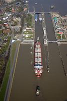 Nord Ostseekanal Schleuse Brunsbuettell: EUROPA, DEUTSCHLAND, SCHLESWIG-HOLSTEIN, BRUNSBUETTEL , (EUROPE, GERMANY), 28.03.2017: Schleuse Nord-Ostseekanal von Brunsbuettel. Der Nord-Ostsee-Kanal (NOK; internationale Bezeichnung: Kiel Canal) verbindet die Nordsee (Elbmuendung) mit der Ostsee (Kieler Foerde). Diese Bundeswasserstraße ist nach Anzahl der Schiffe die meistbefahrene kuenstliche Wasserstraße der Welt.<br /> Der Kanal durchquert auf knapp 100 km das deutsche Bundesland Schleswig-Holstein von Brunsbuettel bis Kiel-Holtenau und erspart den etwa 900 km laengeren Weg um die Nordspitze Daenemarks durch Skagerrak und Kattegat.<br /> Die erste kuenstliche Wasserstraße zwischen Nord- und Ostsee war der 1784 in Betrieb genommene und 1853 in Eiderkanal umbenannte Schleswig-Holsteinische Canal. Der heutige Nord-Ostsee-Kanal wurde 1895 als Kaiser-Wilhelm-Kanal eroeffnet und trug diesen Namen bis 1948.