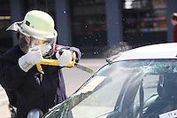 4. Erlebnistag der Feuerwehr Gross-Gerau<br /> Nancy Bosse schlägt die Frontscheibe ein beim Aufschneiden eines Autos und sägt das Glas und Glasstaub fliegt aus der Schnittstelle Foto: Vollformat/Marc Schüler, Schäfergasse 5, 65428 Rüsselsheim, Fon 0151/11654988, Bankverbindung Kreissparkasse Gross Gerau BLZ. 50852553 , KTO. 16003352. Alle Honorare zzgl. 7% MwSt.