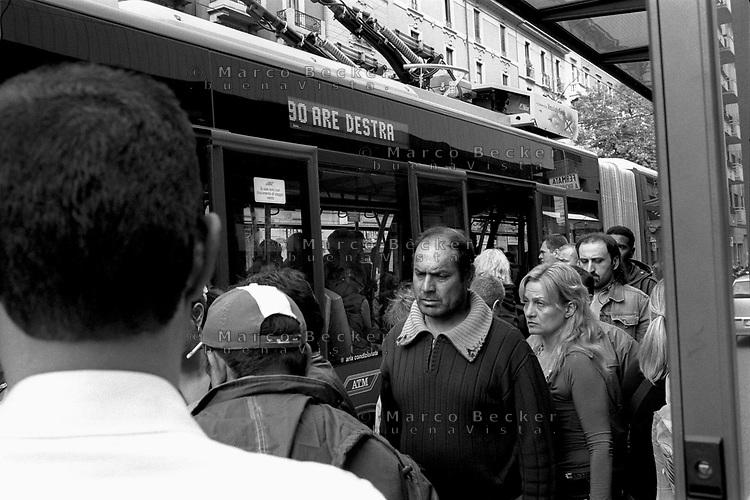 milano, fermata del filobus 90/91 e 92 a nord della città lungo la circonvallazione --- milan, bus stop of the ring road trolley bus line 90/91 and 92, north in the city