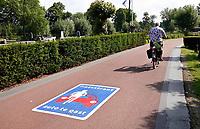 Nederland  - Nieuwersluis - 2020.  Fietspad. Auto te gast. Foto Berlinda van Dam / Hollandse Hoogte