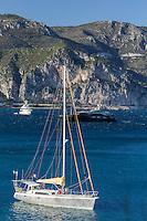 Europe/France/Provence-Alpes-Côte d'Azur/Alpes-Maritimes/Villefranche-sur-Mer: Rade de Villefranche , Voilier et Yachts // Europe, France, Provence-Alpes-Côte d'Azur, Alpes-Maritimes, Villefranche sur Mer:  Bay of Villefranche sur Mer: sailboat and Yachts