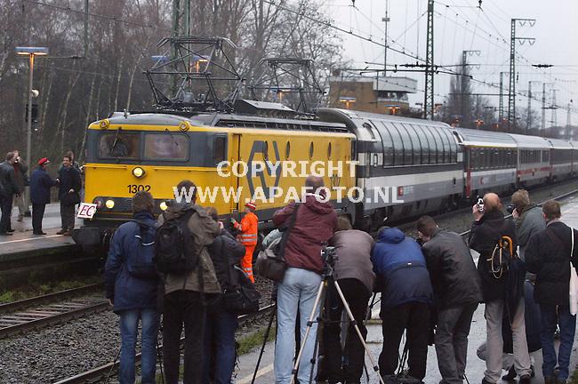 emmerich 131203 onder grote belangstelling van treinsporters komt de laatste transeuropaexpress naar amsterdam-interlaken op het station van emmerich aan,waar de lokomotieven gewisseld worden.<br />foto frans ypma APA-foto