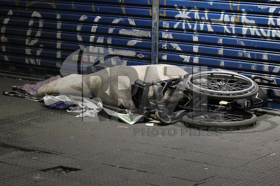 SAO PAULO, SP, 24/07/2013, FRIO SAO PAULO. Moradores de rua dormem ao relento na regiao central de Sao Paulo na madrugada gelada dessa quarta-feira (24). LUIZ GUARNIERI/BRAZIL PHOTO PRESS.