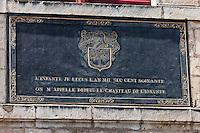 Europe/France/Aquitaine/64/Pyrénées-Atlantiques/Pays-Basque/Saint-Jean-de-Luz: Maison de l'Infante - Plaque de marbre noir, apposée au-dessus de la porte d'entrée lors des travaux de restauration de 1855, rappelle la présence royale. Elle est surmontée du  blason des Haraneder.