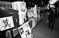 """Demonstration von Mitgliedern der Restaurant Workers Union gegen die Entlassung gewerkschaftlich organisierter Arbeiter. Der Restaurant hatte Konkurs angemeldet und das Restaurant spaeter mit dem Namenszusatz """"New"""" neu eroeffnet. Die ehemaligen Arbeiter haetten 5.000 Dollar zahlen sollen um an ihren alten Arbeitsplatz zurueck zu koennen. Das Restaurant war das letzte mit Gewerkschaftsmitgliedern in Chinatown.<br /> New York City, 28.12.1998<br /> Copyright: Christian Ditsch/version-foto.de"""