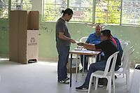 BUCARAMANGA - COLOMBIA, 17-06-2018: Colombianos ejercen su derecho al voto durante la segunda vuelta de las elecciones presidenciales de Colombia 2018 hoy domingo 17 de junio de 2018. El candidato ganador gobernará por un periodo máximo de 4 años fijado entre el 7 de agosto de 2018 y el 7 de agosto de 2022. / Colombians exercise their right to vote during Colombia's second round of 2018 presidential election today Sunday, June 17, 2018. The winning candidate will govern for a maximum period of 4 years fixed between August 7, 2018 and August 7, 2022. Photo: VizzorImage / Oscar Martinez / Cont