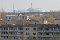 - 20 years from the nuclear incident of Chernobyl, the Prypiat abandoned town, where lived about 50.000 people, technicians and staff of the nuclear power station with their families, that was evacuated too late some days after the catastrophe, on the background the reactor number 4....- 20 anni dall'incidente nucleare di Chernobyl, la città abbandonata di Prypiat, dove abitavano 50.000 persone, tecnici e personale della centrale nucleare con le loro famiglie, che furono tardivamente evacuati alcuni giorni dopo la catastrofe, sullo sfondo il reattore numero 4