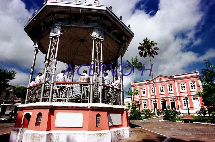 Vista do coreto com a banda municipal e ao fundo a prefeitura da cidade.<br />Bragança-Pará-Brasil07/2000<br />©Foto: Paulo Santos/ Interfoto<br />Negativo Cor 135 Fc15 Nº 8410 T3 F22200 dpi/ 30 cm