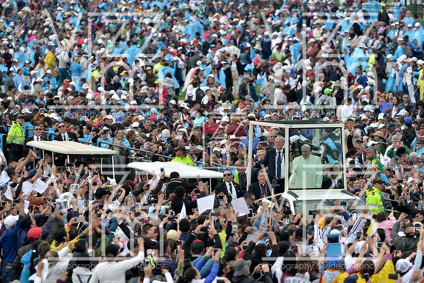 BOGOTÁ - COLOMBIA, 07-09-2017:  El Papa Francisco durante su oficio religioso en el parque Simón Bolívar en Bogotá. El Papa Francisco realiza la visita apostólica a Colombia entre el 6 y el 11 de septiembre de 2017 llevando su mensaje de paz y reconciliación por 4 ciudades: Bogotá, Villavicencio, Medellín y Cartagena. / Pope Francisco during his mass at Simon Bolivar park in Bogota. Pope Francisco makes the apostolic visit to Colombia between September 6 and 11, 2017, bringing his message of peace and reconciliation to 4 cities: Bogota, Villavicencio, Medellin and Cartagena. Photo: VizzorImage / Gabriel Aponte / Staff