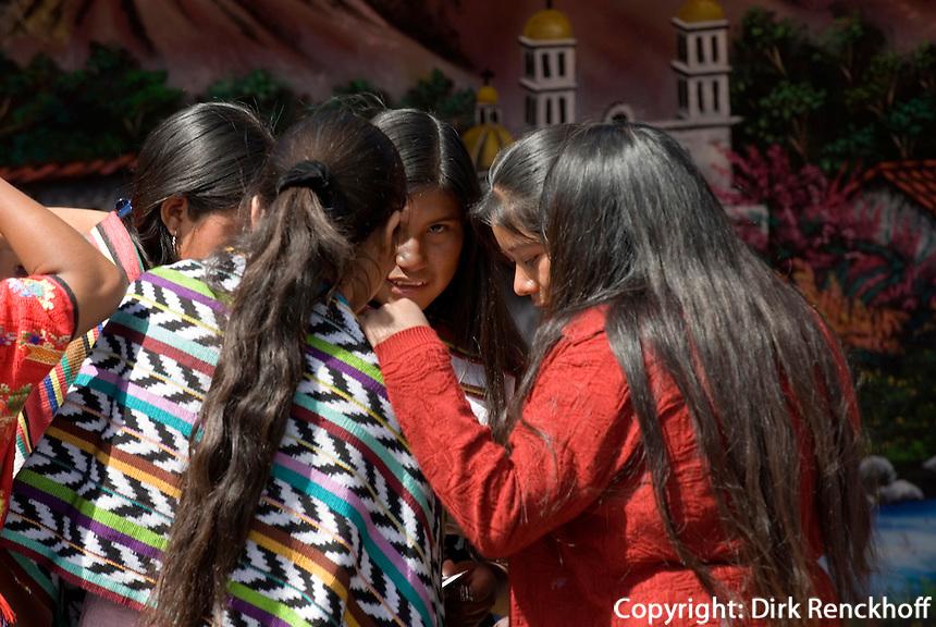 Indios in Guatemala-City auf der Plaza Mayor vor dem NationalpalastGuatemala