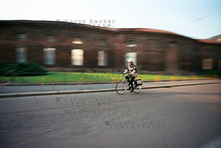 Milano, un agente di polizia locale in bicicletta alla Rotonda della Besana --- Milan, a local policeman by bicycle at the Rotonda della Besana
