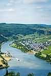 Deutschland, Rheinland-Pfalz, Moseltal, Traben-Trarbach: Blick von Starkenburg auf Enkirch | Germany, Rhineland-Palatinate, Moselle Valley, Traben-Trarbach: view from Starkenburg at Enkirch on river Moselle