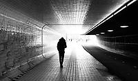 Nederland  Amsterdam   2021. Jongen loopt in een tunnel.  Foto Berlinda van Dam / HH / ANP.