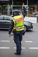 Ein Verkehrspolizist regelt in Berlin-Kreuzberg wegen Ampelausfall den Verkehr.<br /> 4.5.2020, Berlin<br /> Copyright: Christian-Ditsch.de<br /> [NUR FUER REDAKTIONELLE ZWECKE! Werbung nur auf Anfrage beim Fotografen. Inhaltsveraendernde Manipulation des Fotos nur nach ausdruecklicher Genehmigung des Fotografen. Vereinbarungen ueber Abtretung von Persoenlichkeitsrechten/Model Release der abgebildeten Person/Personen liegen nicht vor. NO MODEL RELEASE! Don't publish without copyright Christian-Ditsch.de, Veroeffentlichung nur mit Fotografennennung, sowie gegen Honorar, MwSt. und Beleg. Konto: I N G - D i B a, IBAN DE58500105175400192269, BIC INGDDEFFXXX, Kontakt: post@christian-ditsch.de<br /> Bei der Bearbeitung der Dateiinformationen darf die Urheberkennzeichnung in den EXIF- und  IPTC-Daten nicht entfernt werden, diese sind in digitalen Medien nach §95c UrhG rechtlich geschuetzt. Der Urhebervermerk wird gemaess §13 UrhG verlangt.]
