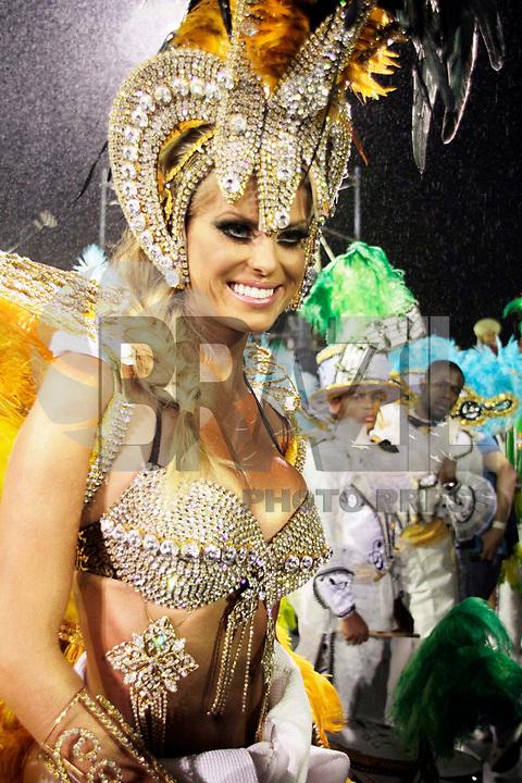 SÃO PAULO, SP, 04 DE MARÇO DE 2011 - CARNAVAL 2011 / UNIDOS DO PERUCHE - Caroline Bittencourt é vista na concentração antes do desfile da escola de samba Unidos do Peruche,  do Grupo Especial na noite desta sexta-feira (4), no Sambódromo do Anhembi região norte da capital paulista. (FOTO: ALE VIANNA / NEWS FREE).