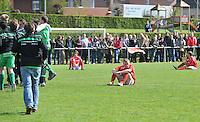 KSV Pittem - GD Ingooigem : spelers van SV Pittem zijn ontgoocheld na het laatste fluitsignaal en het 3-4 verlies tegen Ingooigem.foto VDB / BART VANDENBROUCKE