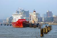 Schiffe im Hamburger Hafen auf Reede: EUROPA, DEUTSCHLAND, HAMBURG, (EUROPE, GERMANY), 21.12.2016: Schiffe im Hamburger Hafen auf Reede in der Norderelbe, im Hintergrund die Elbphilharmonie und der Marco Polo Tower