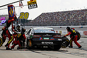 #78: Martin Truex Jr., Furniture Row Racing, Toyota Camry 5-hour ENERGY/Bass Pro Shops, pit stop