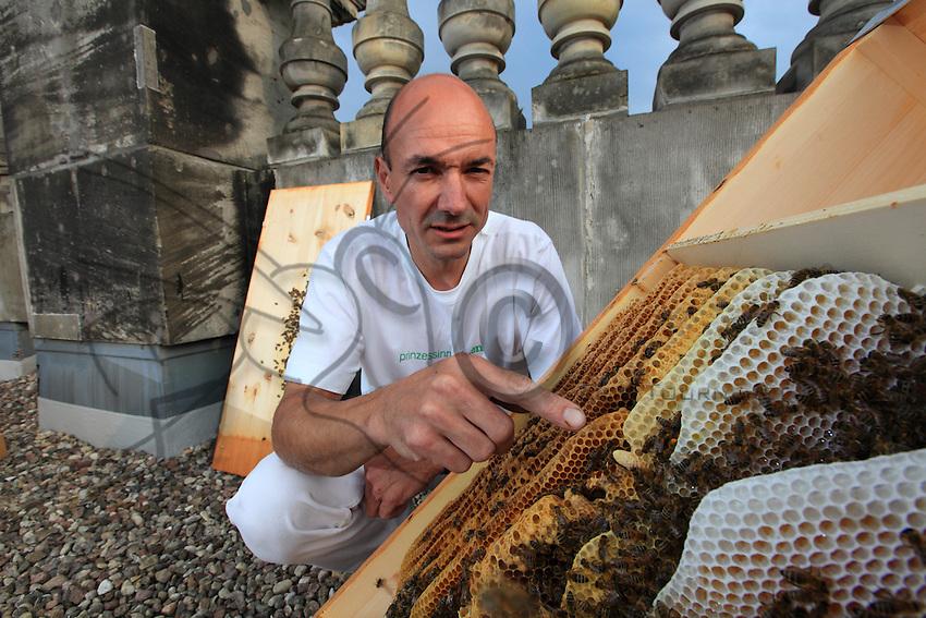 "Heinz Risse, 48 ans , sur le toit du parlement de Berlin ou il pose avec une ruche ouverte sans protection. «J'aime observer les abeilles et les élever avec d'autres habitats. Je regarde mes ruches, mes colonies d'abeilles comme des organismes vivants. L'apiculture est un formidable hobby qui me fait rencontrer beaucoup de gens différents et j'adore expliquer la vie des abeilles au personnes que je rencontrer./// Heinz Risse, 48 years old, on the roof of the parliament of Berlin where, without protection, he is posing with an open hive. ""I love observing the bees and raising them with other habitats. I regard my hives, my bee colonies as living organisms. Beekeeping is a fantastic hobby that has allowed me to meet lots of different people and I love to explain the life of the bees to people I encounter."""