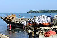 TANZANIA Tanga, Pangani, dhow tranports goods from Zanzibar ro mainland / TANSANIA Tanga, Pangani, Dhau transportiert Waren von Sansibar zum Festland