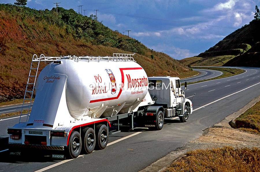 Transporte de carga química em São Paulo. 1994. Foto de Juca Martins.