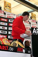 Weltmeister Wladimir Klitschko (UKR) provoziert mit seinen Guerteln Samuel Peter, der nur geradeaus starrt