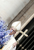 Papa Francesco arriva in Piazza San Pietro per celebrare la Messa di Pasqua. Città del Vaticano, 16 aprile 2017.<br /> Pope Francis arrives to celebrate the Easter mass in Saint Peter's square at the Vatican, on April 16 2017.<br /> UPDATE IMAGES PRESS/Isabella Bonotto<br /> <br /> STRICTLY ONLY FOR EDITORIAL USE