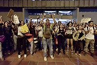 CALI - COLOMBIA, 26-11-2019: Cientos de manifestantes se congregon en el Centro Administrativo de Cali para unirse a la sexta jornada de paro Nacional en Colombia hoy, 26 de noviembre de 2019 y al mismo tiempo rendir homenaje a Dylan Cruz estudiante víctima de los disturbios del 23N. La jornada Nacional es convocda para rechazar el mal gobierno y las decisiones que vulneran los derechos de los Colombianos. / Hundreds of protesters gatered at municipal center of Cali to join the sixth National Strike day in Colombia today, November 26, 2019 and the same time give tribute to Dylan Cruz student victim of the riots in 23N . The National Day is convened to reject bad government and decisions that violate the rights of Colombians. Photo: VizzorImage / Gabriel Aponte / Staff