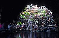Europe/Espagne/Canaries/Lanzarote/Jameos del Agua : La grotte  aménagée  par l Architecte César Manrique; jardin restaurant et auditorium