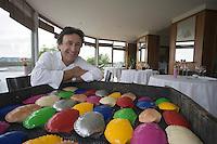 Europe/France/Bretagne/29/Finistère/Carantec: L'Hotel de Carantec Patrick Jeffroy dans la salle de son restaurant avec un tableau decoratif de crabes multicolores [Non destiné à un usage publicitaire - Not intended for an advertising use]