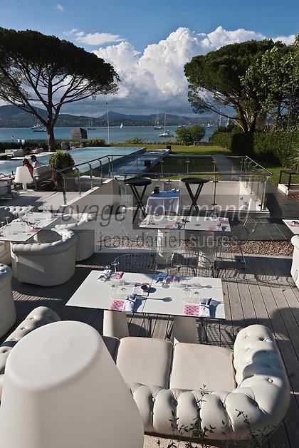 Europe/France/Provence -Alpes-Cote d'Azur/83/Var/Gassin: Hôtel Kube, rte de St Tropez. Le restaurant avec en fond la piscine et le Golfe de Saint-Tropez