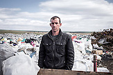 Stojan arbeitet auf der Müllhalde von Karnabat im Hinterland der bulgarischen Schwarzmeerküste. Er sammelt Plastik und verwertbare Speisereste, für ein Kilogramm Plastik bekommt er umgerechnet zehn Eurocent. Stojan hat drei Kinder und lebt in einer Roma-Siedlung.