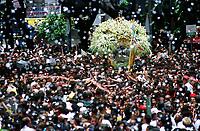 Sob uma chuva de papel picado, promesseiros levantam a corda que seguram em pagamento as promessas feitas a Nossa Senhora de Nazaré. A procissão que ocorre a mais de 200 anos Belém tem estimativas que mais de 1.500.000 pessoas à acompanhem.<br />Belém - Pará - Brasil<br />08/10/2000<br />©Foto: Paulo Santos/Interfoto.<br />Negativo 135 mm Nº 7630 T5 F7