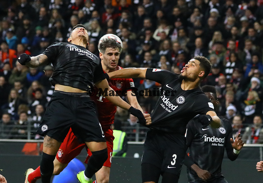 Javier Martinez (FC Bayern Muenchen) gegen Luka Jovic (Eintracht Frankfurt), Simon Falette (Eintracht Frankfurt) - 22.12.2018: Eintracht Frankfurt vs. FC Bayern München, Commerzbank Arena, DISCLAIMER: DFL regulations prohibit any use of photographs as image sequences and/or quasi-video.