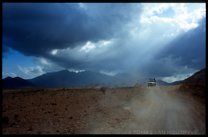 Under skys threatening rain a team of Belgian cave explorers drive along a dirt road in Socotra, Yemen on Saturday, 14 May 2005.<br />